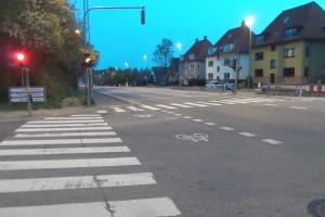 Dreng på skateboard ramt af bil