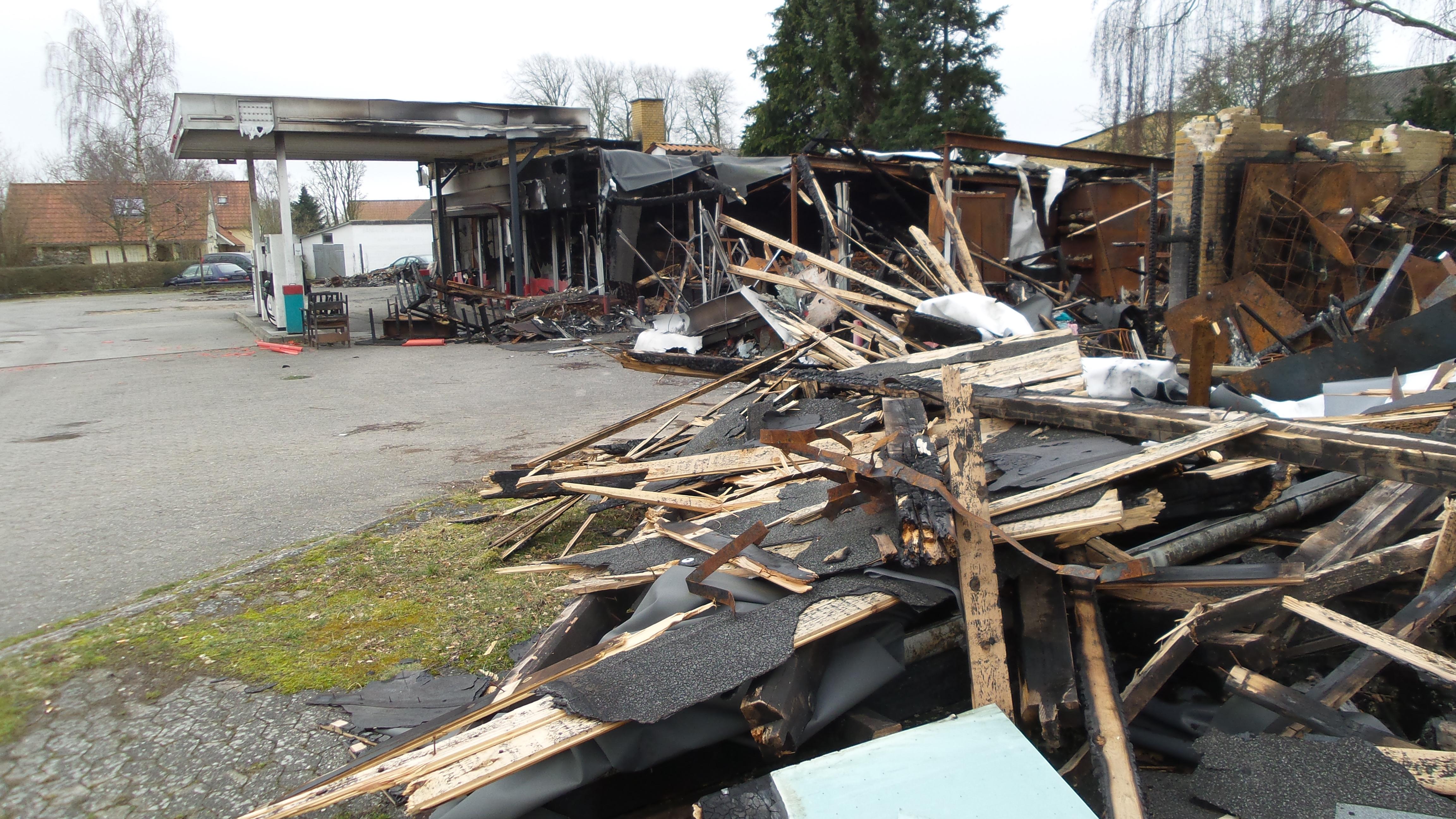 Den tidligere tankstation på Middelfartvej i Sandager nord for Assens udbrændte tidligt nytårsmorgen.
