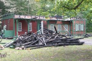 Branden i spejderhytten i Fruens Bøge er påsat