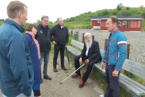 """Kunstneren Ingvar Cronhammar var torsdag på besøg på Stige Ø for at se på mulighederne for placering til den ødelagte skulptur """"Camp Fire"""". Og han var umiddelbart godt tilfreds med placeringen."""