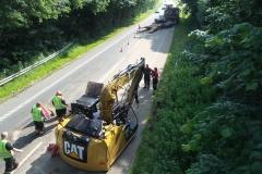 Voldsomt trafikuheld ved Verninge mandag morgen. En gravemaskine på en blokvogn ramte en vejbro.