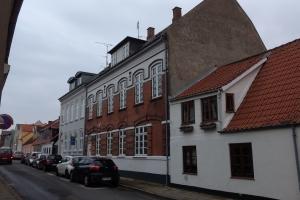 I21. februar 2018. To personer er sendt på Svendborg Sygehus efter en brand i en etageejendom i Bagergade i Svendborg. Foto: Ole Holbech