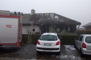 6. marts 2018: Klokken fem tirsdag morgen arbejdede politi og brandvæsen på at få slukket en brand i et rækkehus i Poppelhaven i Odense NØ. Foto: Ole Holbech
