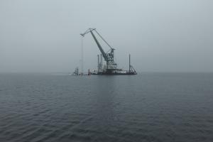 11. marts 2018: En kæmpe flydekran fik søndag hævet det kæntrede skib M/S Sirius Høj ud for Bogense Havn. Foto: Ole Holbech