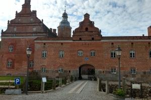 16. maj 2019: Broholm Slot er en gammel sædegård, som nævnes første gang i 1326. Gården ligger på Sydøstfyn i Gudme Sogn, Gudme Herred, Svendborg Kommune. Hovedbygningen er opført i 1642, om- og tilbygget i 1839, 1856, 1895 og 1905