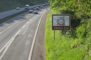 Turisthenvisningsskilt ved motorvejen