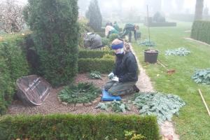 Elever pyntede gravstedet i Vissenbjerg_(1)